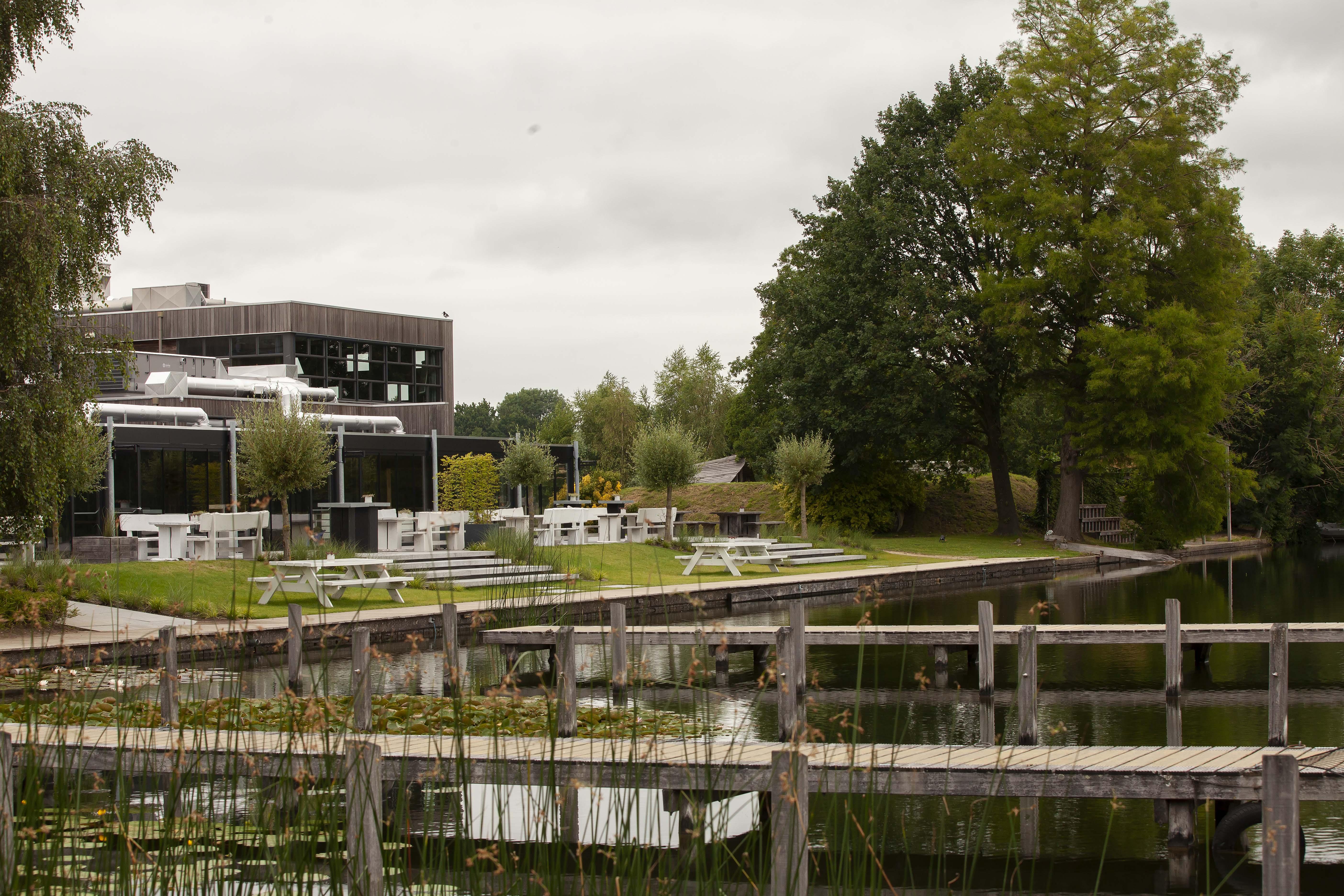 Inrichting buitenruimte met terras aan Maarsseveense Plassen (1)